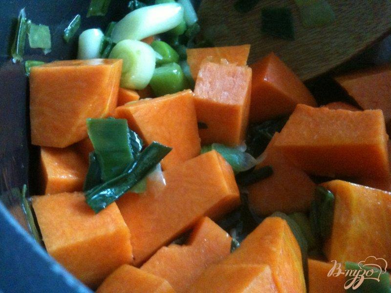 Фото приготовление рецепта: Тыквенный суп с  сырными клецками шаг №2