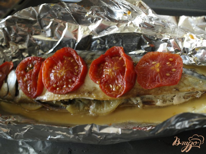 Фото приготовление рецепта: Скумбрия запечённая в фольге с помидорами и зеленью шаг №5