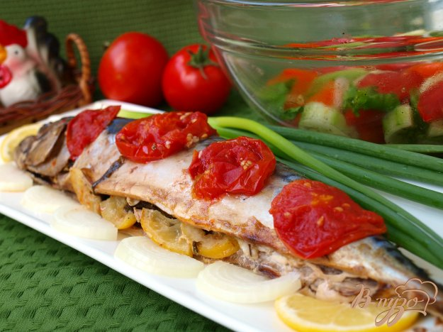 фото рецепта: Скумбрия запечённая в фольге с помидорами и зеленью