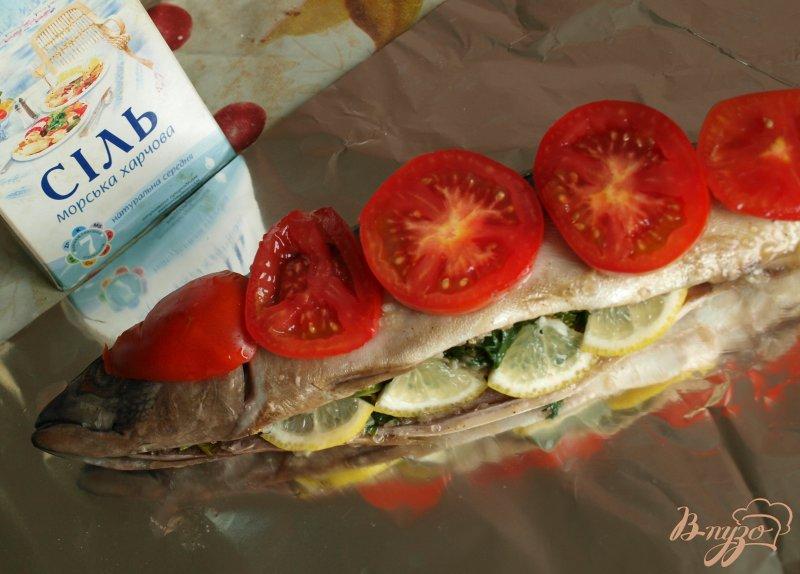 Фото приготовление рецепта: Скумбрия запечённая в фольге с помидорами и зеленью шаг №3