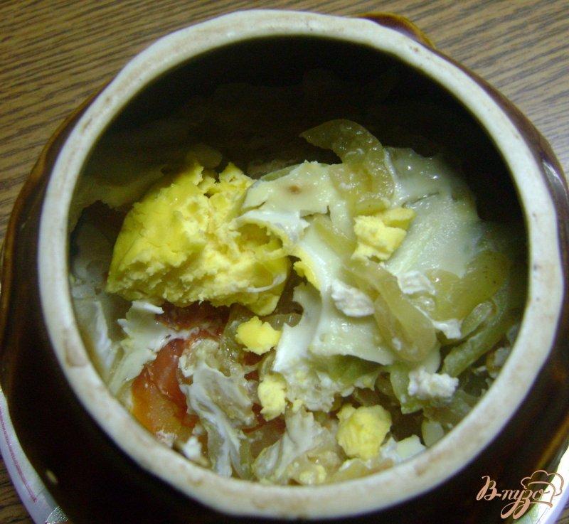 Фото приготовление рецепта: Яйца с овощами в горшочках шаг №7
