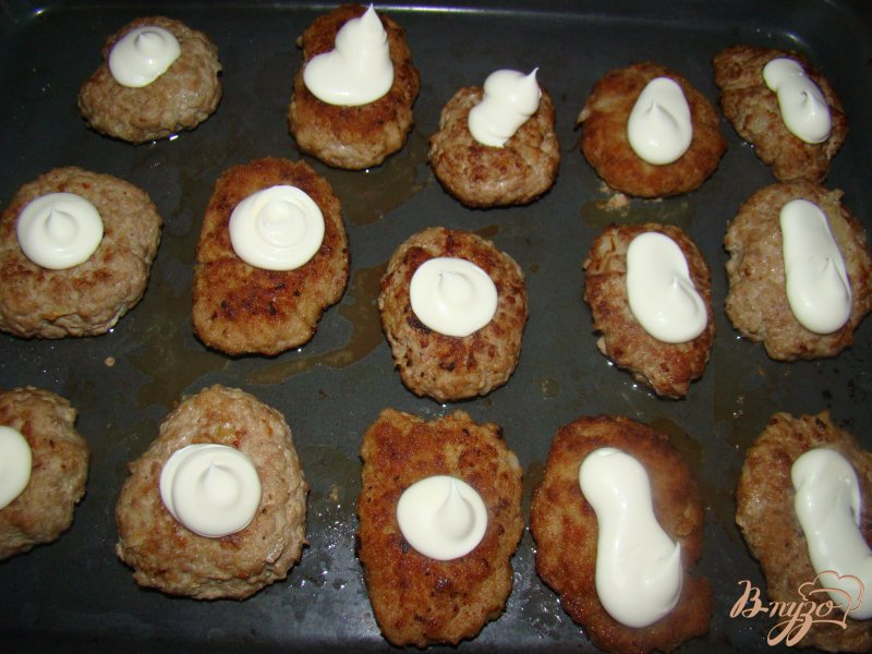 Фото приготовление рецепта: Котлетки под грибной шубкой шаг №5
