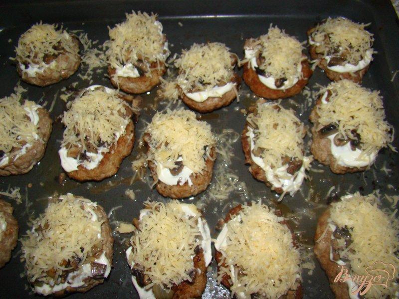Фото приготовление рецепта: Котлетки под грибной шубкой шаг №7