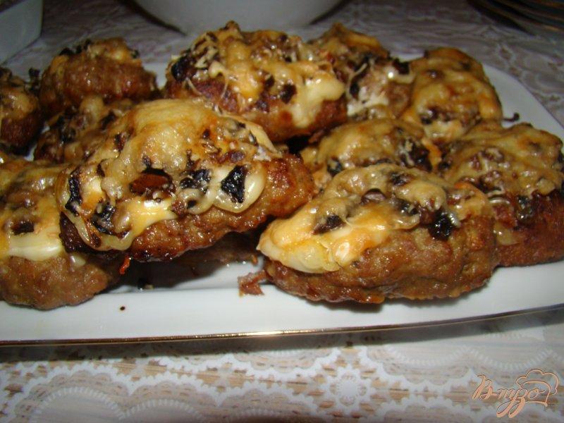 Фото приготовление рецепта: Котлетки под грибной шубкой шаг №8