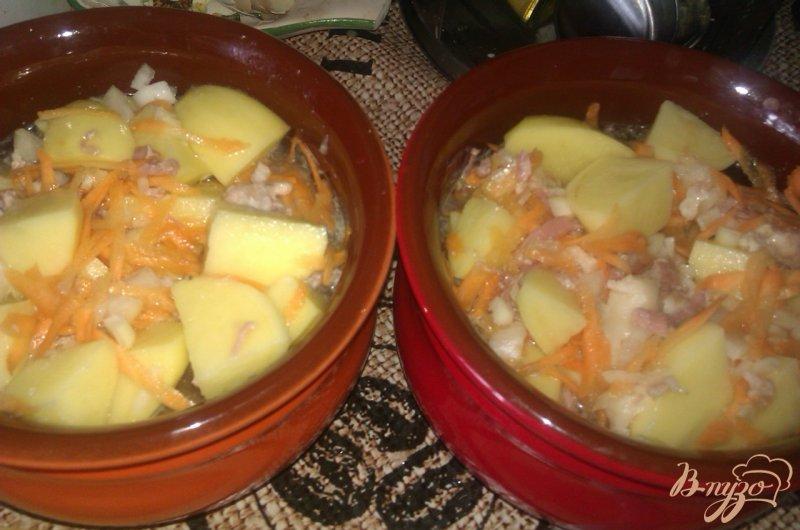 Фото приготовление рецепта: Картофель с тушенкой в горшочках шаг №5