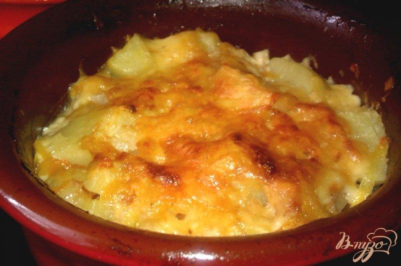 Фото приготовление рецепта: Картофель с тушенкой в горшочках шаг №7