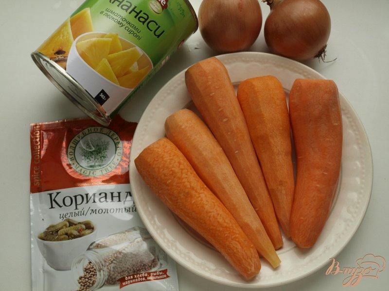 Фото приготовление рецепта: Морковно-ананасовый суп-пюре с карри шаг №1