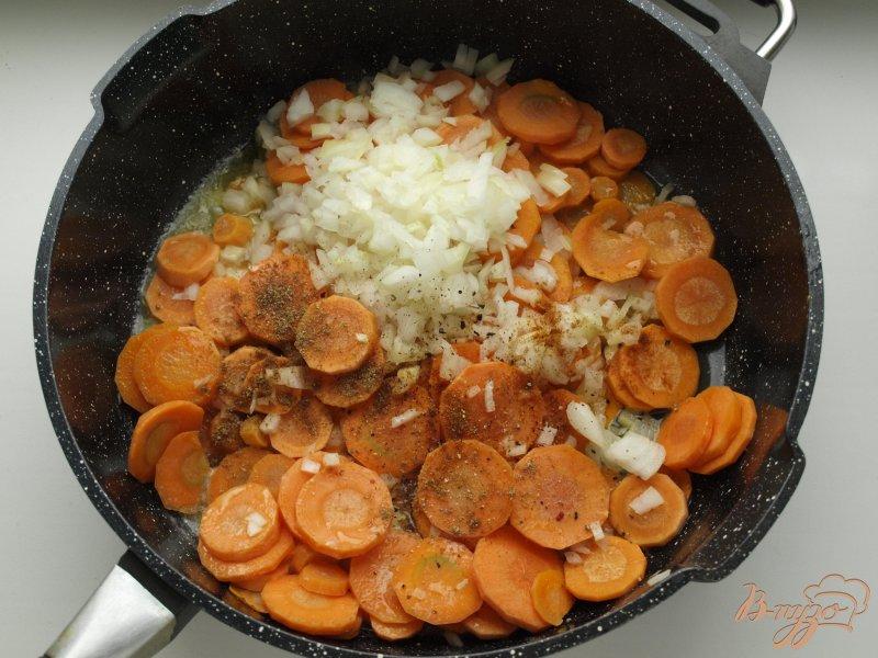 Фото приготовление рецепта: Морковно-ананасовый суп-пюре с карри шаг №3