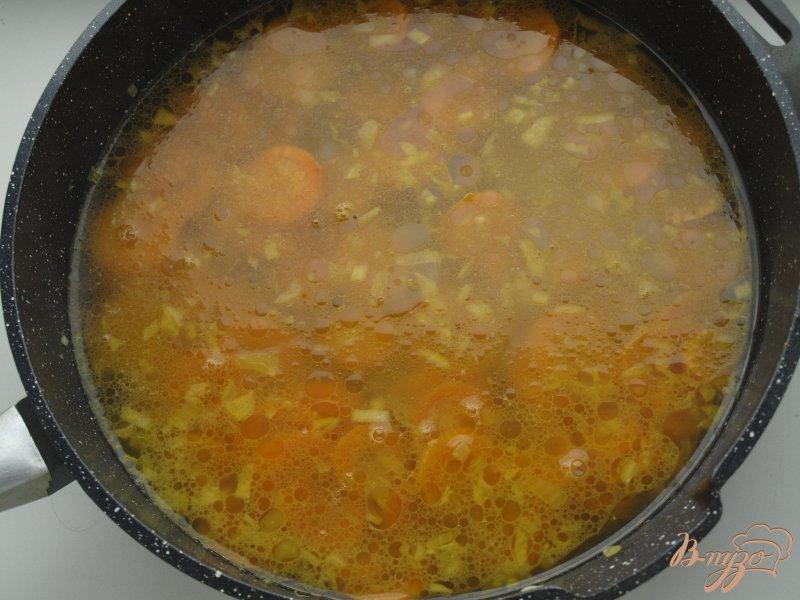 Фото приготовление рецепта: Морковно-ананасовый суп-пюре с карри шаг №4
