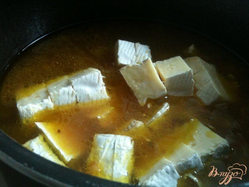 Фото приготовление рецепта: Сырный суп с гренками шаг №4