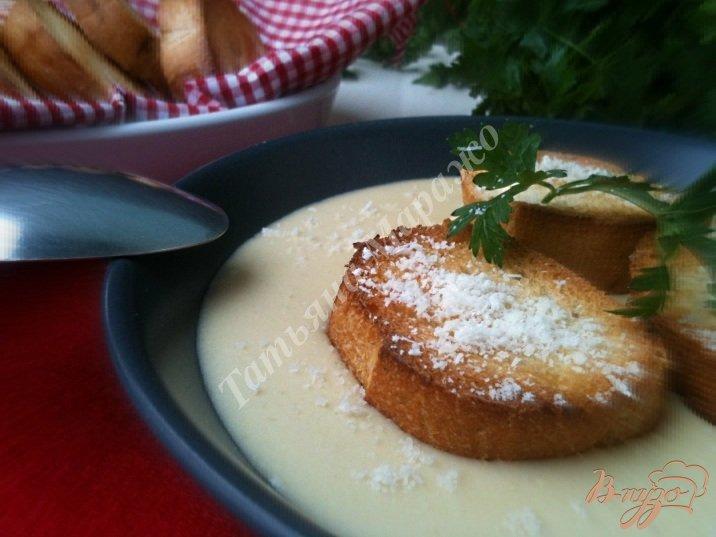 Фото приготовление рецепта: Сырный суп с гренками шаг №7