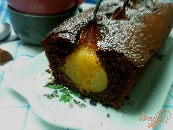 Фото приготовление рецепта: Шоколадный кекс с грушами шаг №7