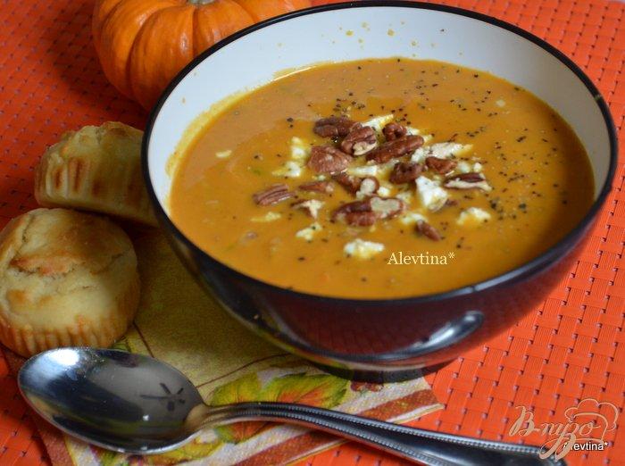 Фото приготовление рецепта: Тыквенный суп с орехом Пекан и сыром Фета шаг №4