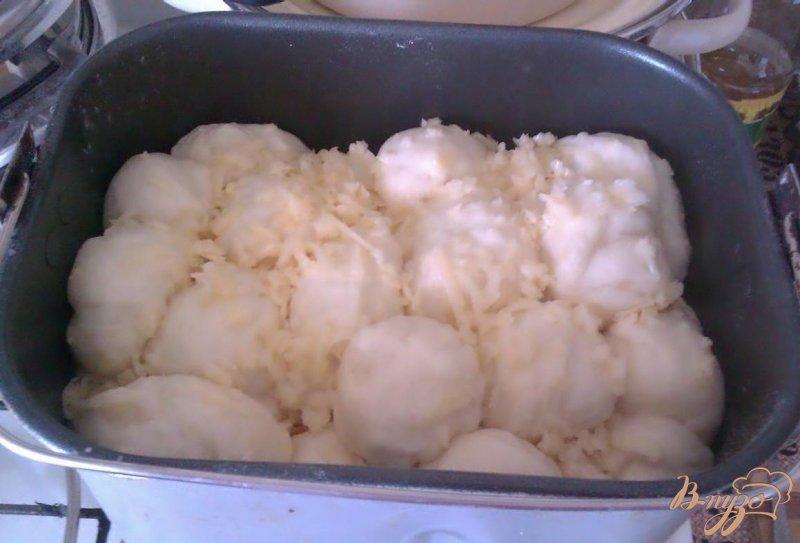 Фото приготовление рецепта: Обезьяний хлеб с сыром в хлебопечке шаг №7