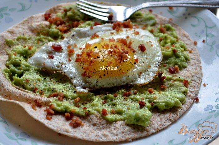 Фото приготовление рецепта: Быстрый завтрак с авокадом яйцом шаг №3