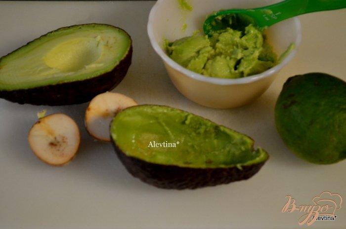Фото приготовление рецепта: Быстрый завтрак с авокадом яйцом шаг №2