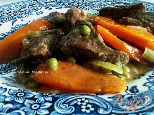Говядина с морковью и зеленым горошком