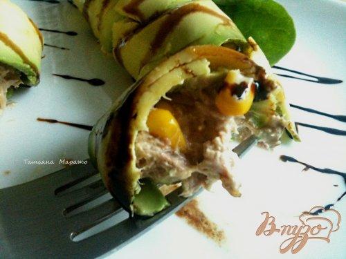 Рулетики из авокадо с салатом из тунца