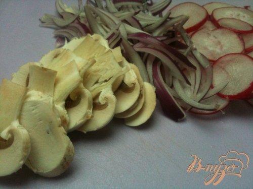 Салат из желтой чечевицы, редиса и грибов