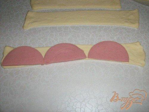 Слоеные завитушки с колбасой