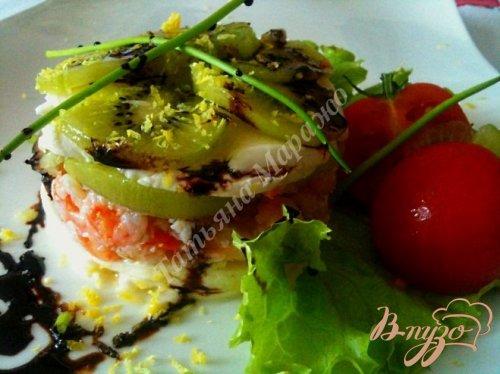 Салат с моцареллой, киви и креветками