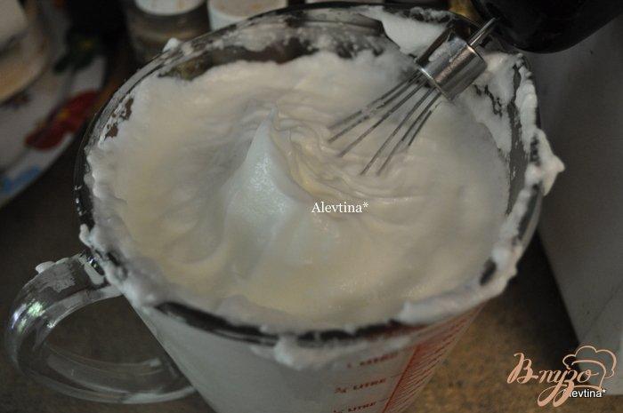 Фото приготовление рецепта: Клубничный торт-рулет шаг №5