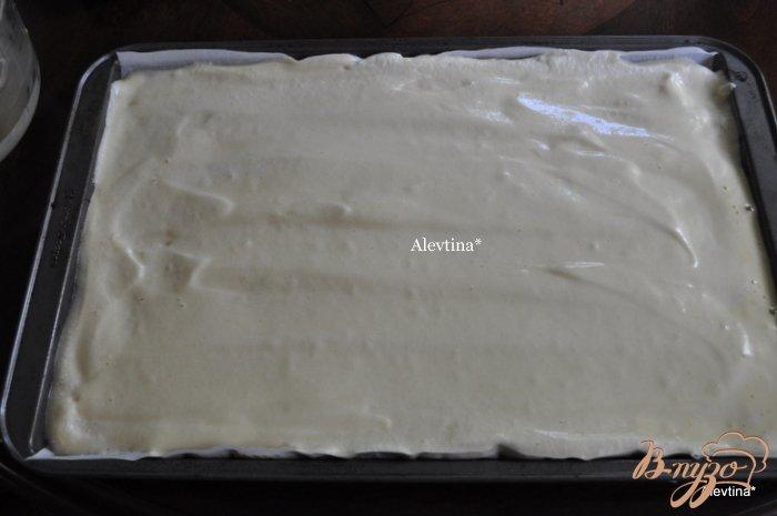Фото приготовление рецепта: Клубничный торт-рулет шаг №7