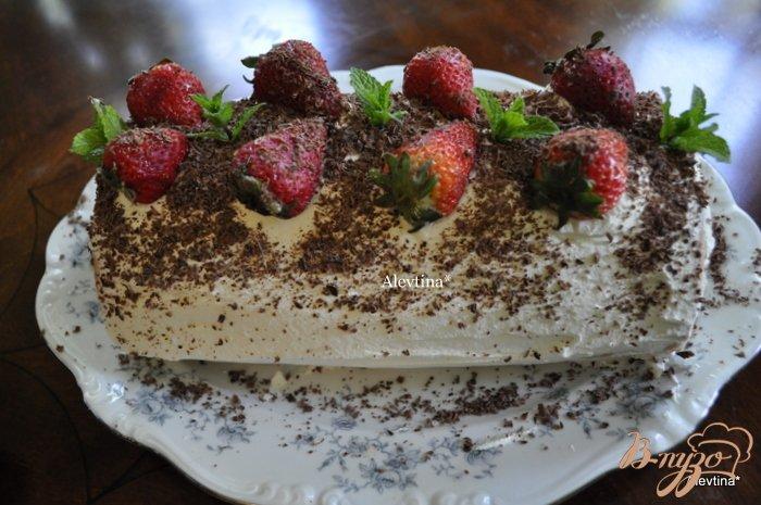 Фото приготовление рецепта: Клубничный торт-рулет шаг №14