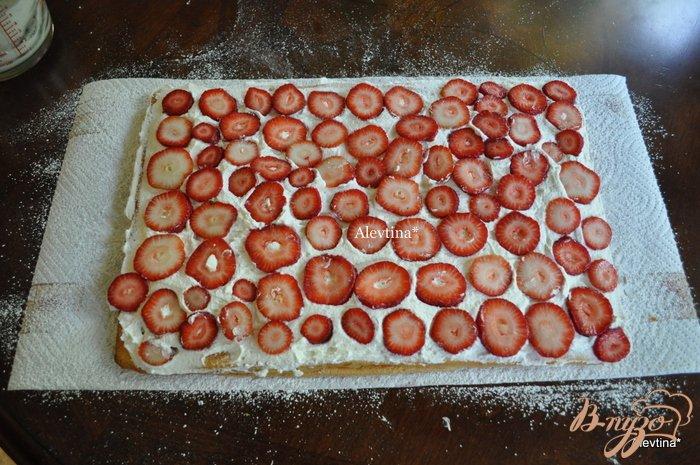 Фото приготовление рецепта: Клубничный торт-рулет шаг №12