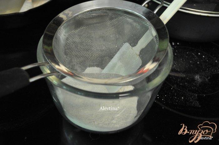 Фото приготовление рецепта: Клубничный торт-рулет шаг №4