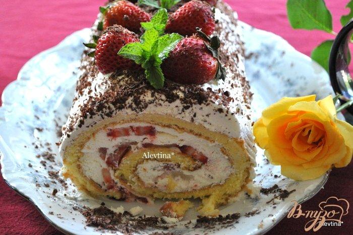 Фото приготовление рецепта: Клубничный торт-рулет шаг №16