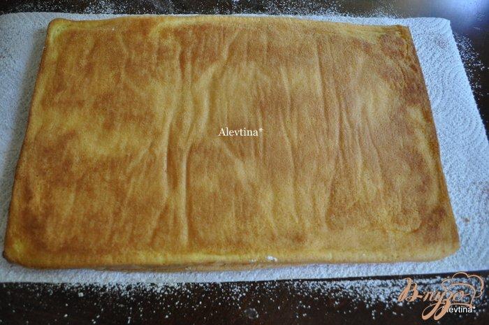 Фото приготовление рецепта: Клубничный торт-рулет шаг №11