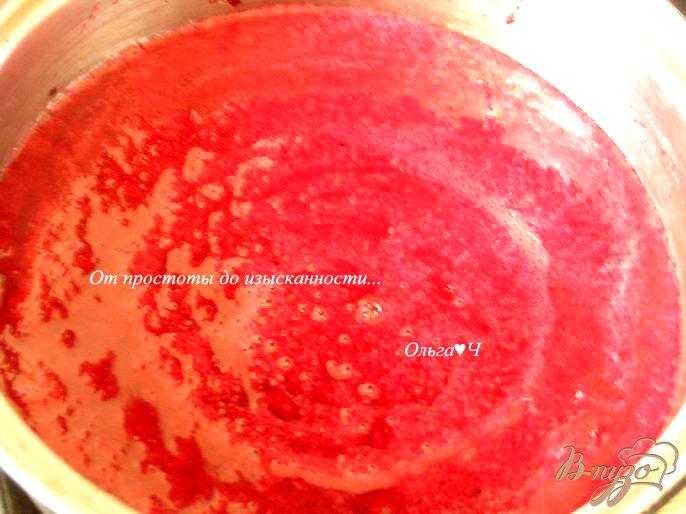 Фото приготовление рецепта: Морс из черной смородины с мятой и коричневым сахаром шаг №2