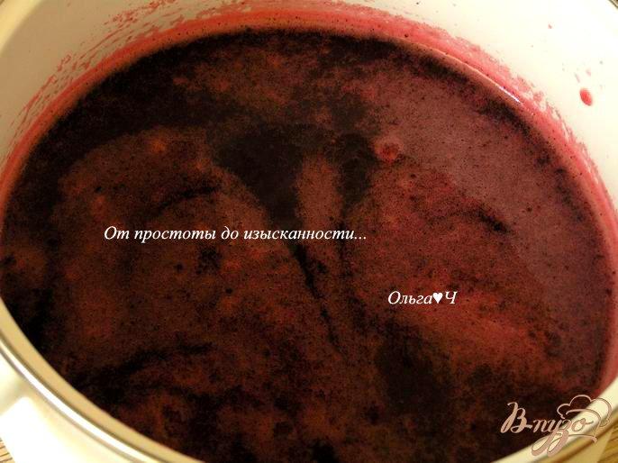 Фото приготовление рецепта: Морс из черной смородины с мятой и коричневым сахаром шаг №4