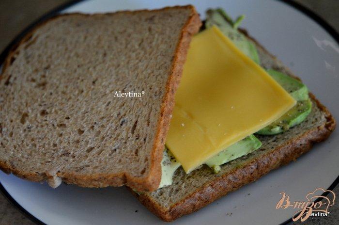 Фото приготовление рецепта: Бутерброд с авокадо шаг №2
