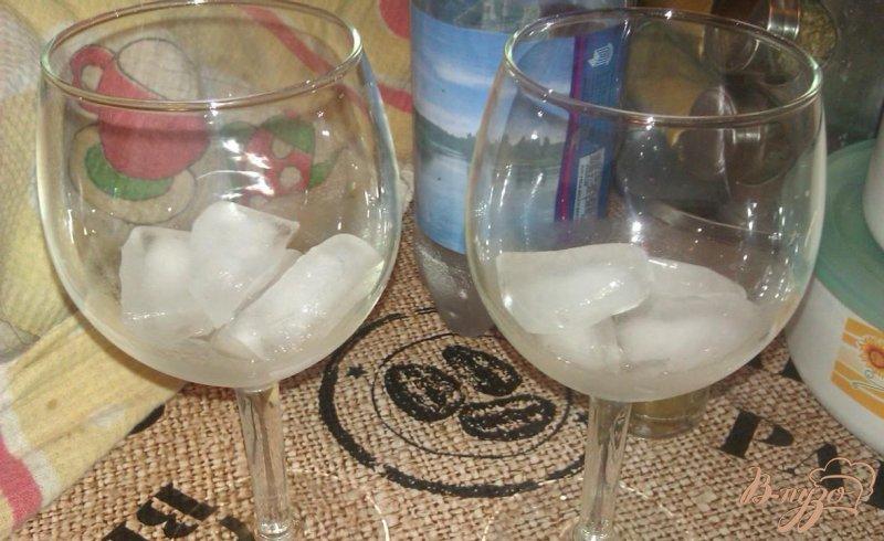 Фото приготовление рецепта: Персиковый коктейль с малиновым ликером шаг №1