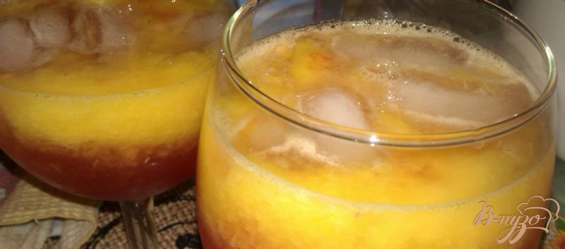 Фото приготовление рецепта: Персиковый коктейль с малиновым ликером шаг №4