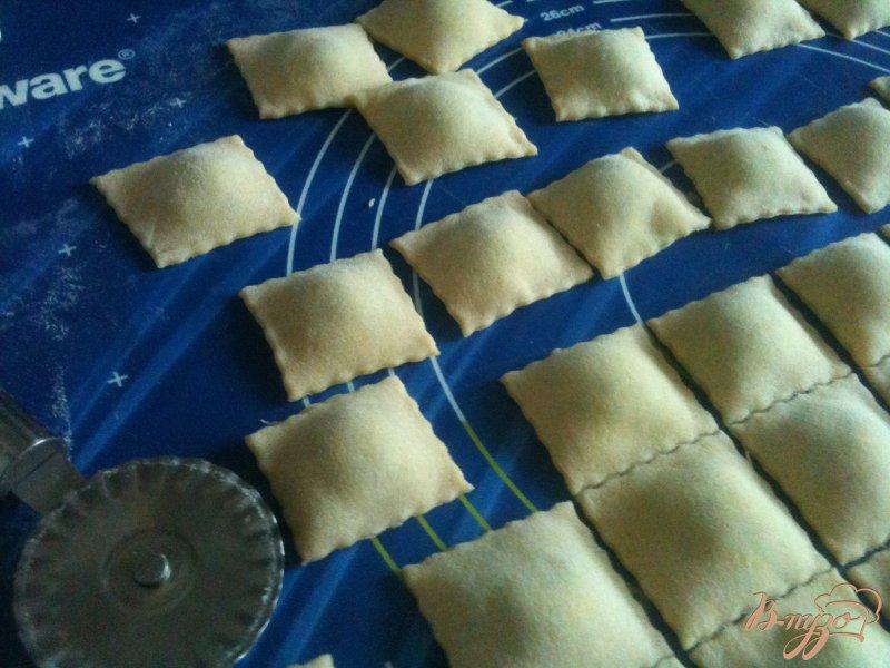 Фото приготовление рецепта: Равиоли с рикоттой и шпинатом шаг №7