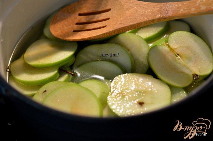 Фото приготовление рецепта: Яблочные карамелизированные чипсы шаг №2