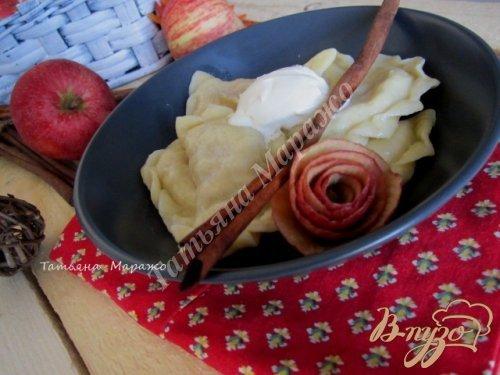 Вареники с яблоками и корицей