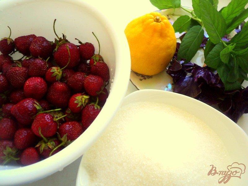 Фото приготовление рецепта: Клубничное варенье с базиликом и мятой шаг №1