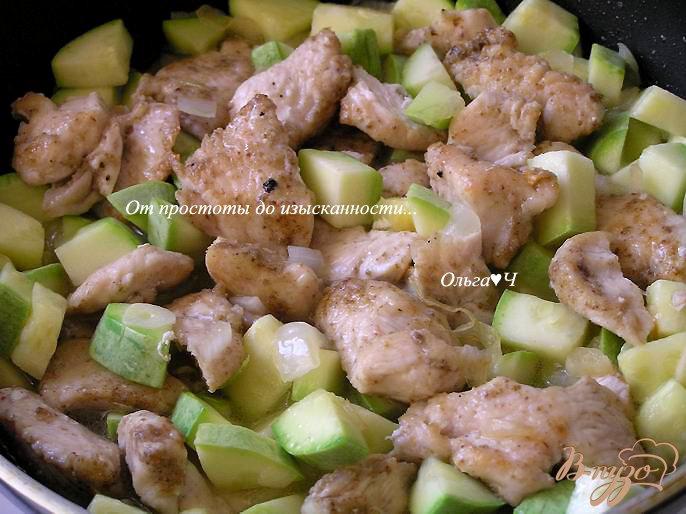Фото приготовление рецепта: Жаркое из курицы с кабачками шаг №3