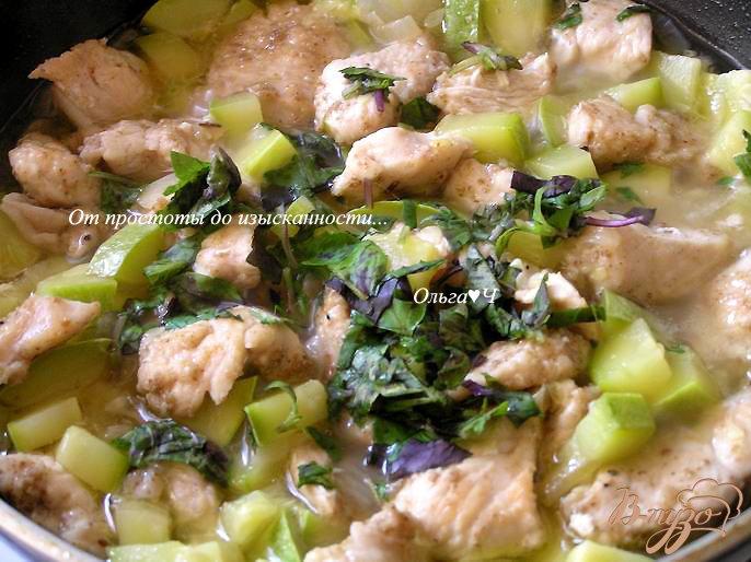 Фото приготовление рецепта: Жаркое из курицы с кабачками шаг №4