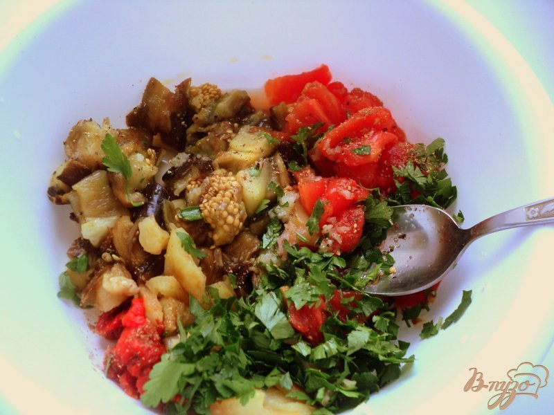 Фото приготовление рецепта: Салат из запеченных баклажанов шаг №3