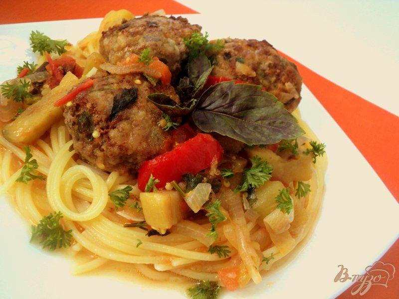 Фото приготовление рецепта: Фрикадельки с базиликом и овощами шаг №11