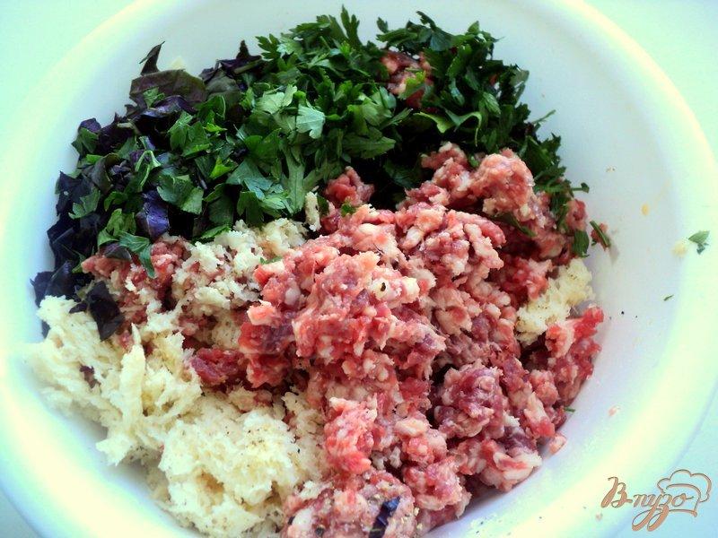 Фото приготовление рецепта: Фрикадельки с базиликом и овощами шаг №4