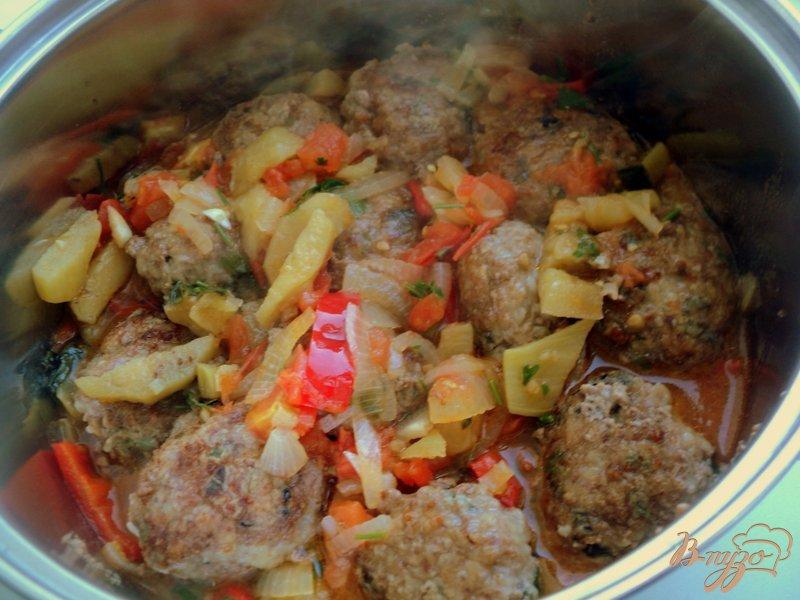 Фото приготовление рецепта: Фрикадельки с базиликом и овощами шаг №9