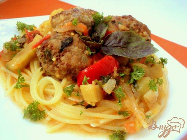фото рецепта: Фрикадельки с базиликом и овощами