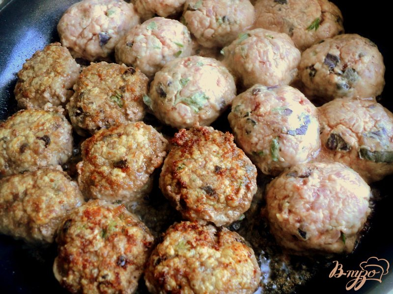 Фото приготовление рецепта: Фрикадельки с базиликом и овощами шаг №6