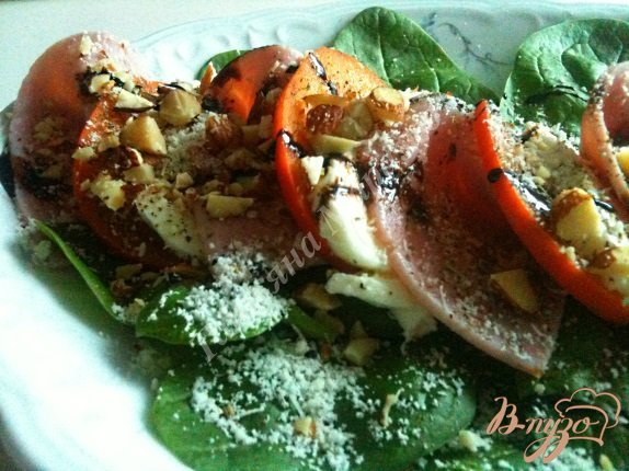 фото рецепта: Салат из моцареллы с хурмой и ветчиной